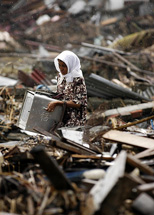 A woman from Ache amidst the destruction of the tsunami. Photo: Jordon R. Beesley, Creative Commons.